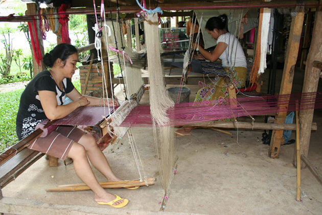 Ban-Xang-Khong-village-women-weaving