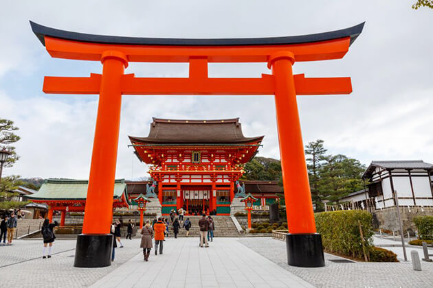 Fushimi Inari Shrine exploring from Japan school tours