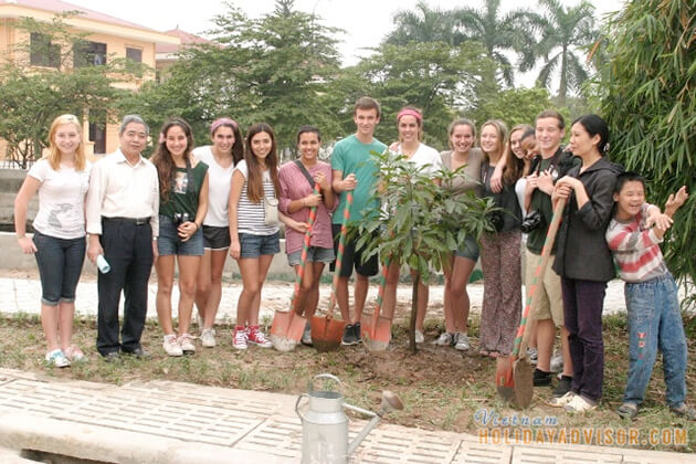 Students join community service from Vietnam school trip