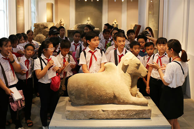 Students visit Cham Museum in Danang from Vietnam school tour