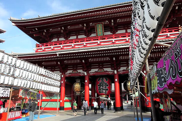 Students visit Sensoji Temple Japan