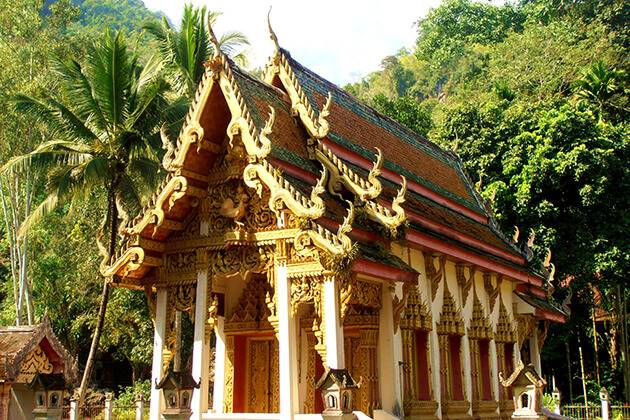 pay a visit Chiang Dao Temple from Thailand school tour