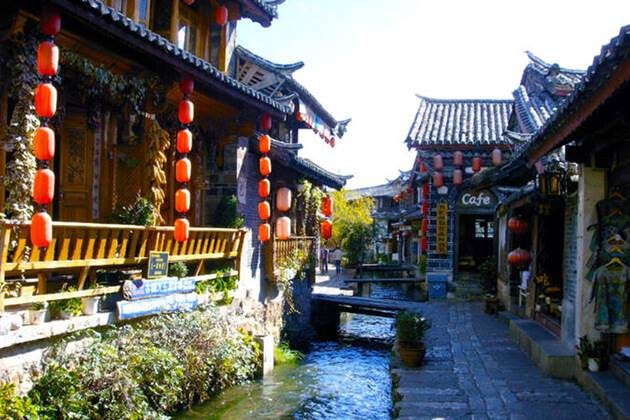 students of China school tour visit Lijiang Old Town